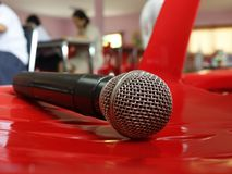 Microfoon op rode achtergrond stock foto's