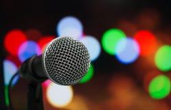 Microfoon op samenvatting vaag van toespraak in seminarieruimte of spea Stock Foto