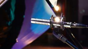Microfoon op stadium met schijnwerper helder licht voor communicatie conceptenachtergrond stock videobeelden