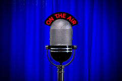 Microfoon op stadium met schijnwerper op blauw gordijn royalty-vrije stock fotografie
