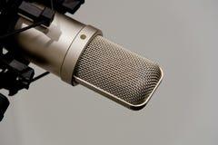 Microfoon in Opnamestudio stock afbeelding