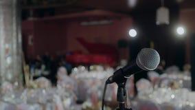 Microfoon over de Abstracte vage van het conferentiezaal of huwelijk banketachtergrond stock video