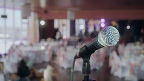 Microfoon over de Abstracte vage van het conferentiezaal of huwelijk banketachtergrond stock videobeelden
