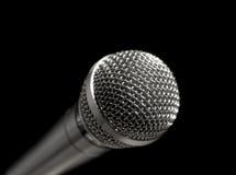 Microfoon over zwarte Stock Fotografie