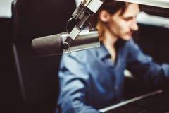 Microfoon in radiostudio royalty-vrije stock afbeeldingen