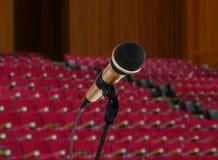 Microfoon in seminariezaal Stock Foto