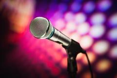Microfoon tegen purpere achtergrond Royalty-vrije Stock Foto's