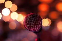 Microfoon tussen lichten Stock Foto