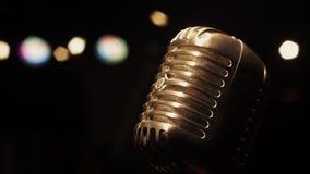 Microfoon van de overleg de uitstekende glans op stadium in lege retro club schijnwerpers stock videobeelden