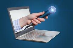 Microfoon voor gesprekken van laptop stock fotografie