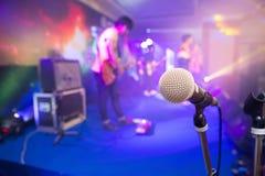 Microfoon voor zangers op stadium stock foto's
