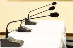 Microfoons in conferentieruimte Stock Fotografie