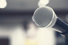 Microfoons die op stadium in zwarte kleur zingen Stock Afbeelding