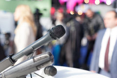 Microfoons die op witte achtergrond worden geïsoleerd Stock Foto