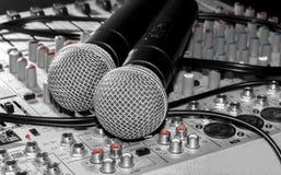 Microfoons en een mixer Stock Afbeelding