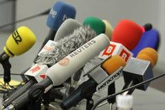 Microfoons op een lijst Royalty-vrije Stock Foto