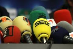 Microfoons op een lijst Stock Foto