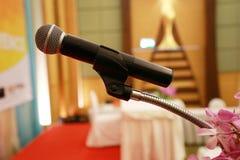 Microfoons op stadium in Conferentiezaal Stock Afbeelding