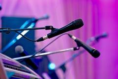 Microfoons op stadium vóór de prestaties Royalty-vrije Stock Afbeeldingen