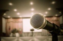 Microfoons in seminarieruimte, het spreken toespraak in conferentiezaal l Royalty-vrije Stock Foto