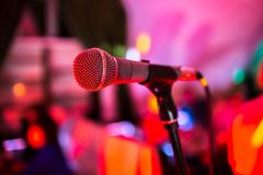 Microfoontribunes op stadium in een nachtclub Het heldere clublicht glanst op MIC Prestaties in de nachtclub royalty-vrije stock foto's