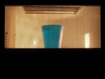 Microgolven met glas water stock afbeeldingen