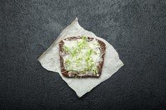 Microgreens na kawałku czarny chleb Żywienioniowy jedzenie dla ciężar straty i zdrowie, minimalne kalorie obraz stock