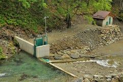 Microhydroelectric kraftverk på bergfloden Royaltyfri Fotografi
