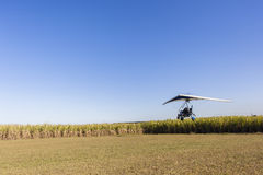 Microlight飞行飞机着陆 免版税库存图片