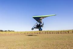 Microlight飞行飞机着陆 免版税库存照片