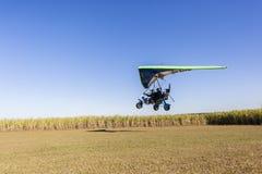 Microlight-Fliegen-Flugzeug-Landung Stockbild