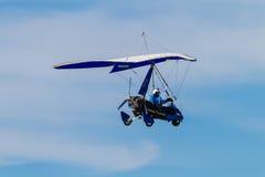 Microlight Flugzeug-Pilotblauer Himmel-Blau Lizenzfreie Stockfotografie
