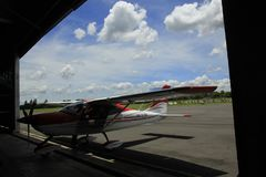 Microlight samolot w hangarze Fotografia Stock
