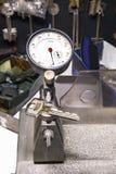 Micromètre et clé dans un atelier de serrurier Photo libre de droits