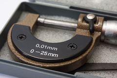 Micrometer om duizendste van een millimeter te meten stock foto's