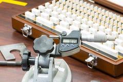 Micrometro di calibratura dell'operatore dal calibro del blocco Fotografia Stock Libera da Diritti