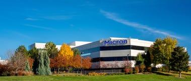 Micron voorteken en park met de herfstbomen stock fotografie