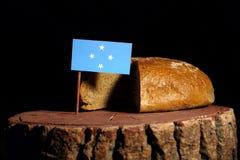 Micronesian flagga på en stubbe med bröd arkivbild