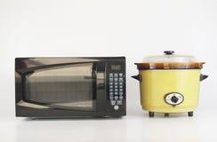 Microonda contra la cocina lenta Fotografía de archivo libre de regalías