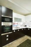 Microonda na cozinha doméstica Fotos de Stock Royalty Free