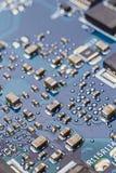Micropchips, transistorer och motstånd på en galt för utskrivaven strömkrets Arkivbild