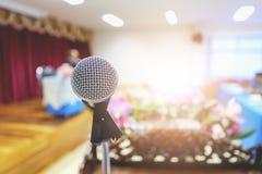Microphone étroit dans la salle de conférence Photos libres de droits