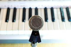 Microphone argenté sur le plan rapproché de support photos libres de droits