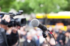 Microphone au foyer contre la foule brouillée Protes de rue de pelliculage Photos stock