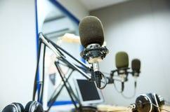 Microphone au studio d'enregistrement ou à la station de radio Photo stock