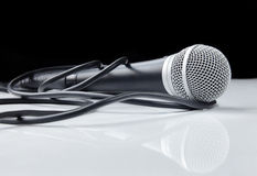Microphone avec le câble avec la réflexion Photographie stock