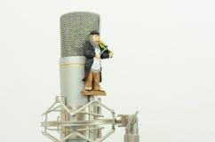 Microphone avec le chiffre violoniste Images stock
