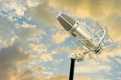 Microphone avec le ciel gentil photo stock