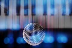 Microphone classique et fond brouillé de clavier Photo libre de droits