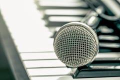 Microphone classique sur le clavier Photo stock